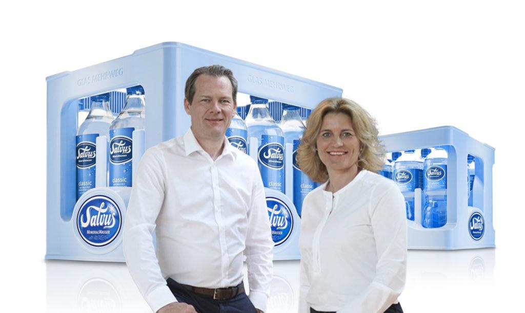 Frau Schürkötter und Herr Schürkötter stehen vor Salvus Kisten